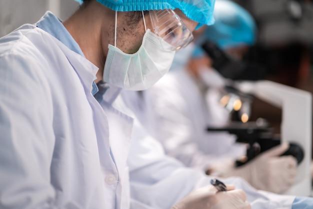 Исследователи в области здравоохранения, работающие в лаборатории наук о жизни, исследования в области медицинских технологий для тестирования вакцины, лечение от вакцины против коронавируса covid-19