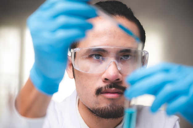 실험실, 의료 연구 실험실 또는 과학 실험실에서 의료 과학 기술 연구에서 일하는 건강 관리 연구원, 생명 과학 실험실에서 근무하는 건강 관리 연구원
