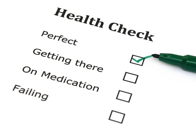 녹색 마커 펜이 있는 건강 체크리스트