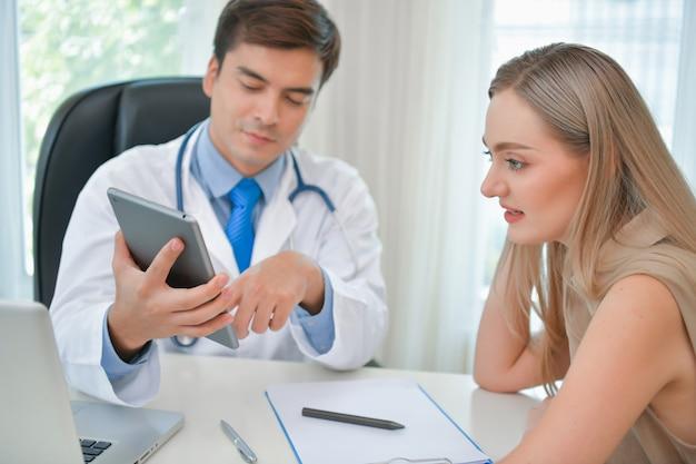 건강 개념. 의사가 환자의 건강을 검사하고 있습니다.