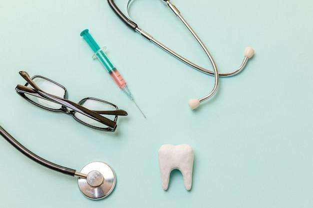 건강 치과 치료 개념 의학 장비 청진기 흰색 건강한 치아 안경 주사기 격리 ...