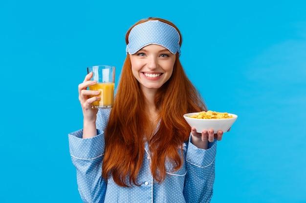 健康、食品、ダイエットのコンセプト。寝間着でかなり魅力的なセクシーな10代の少女