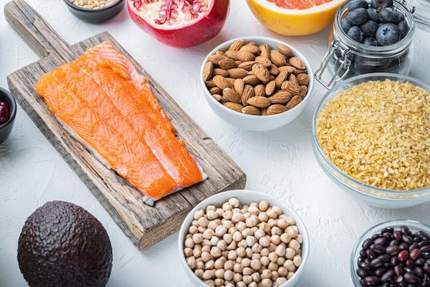 흰색 테이블에 건강 식품