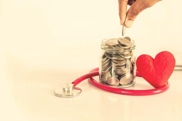 健康保険と医療ヘルスケア心臓病の概念、聴診器、金融ヘルスケアと赤いハート