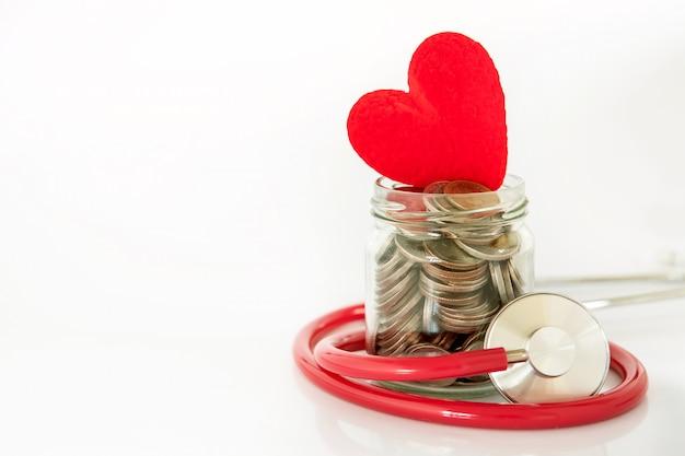 健康保険と医療ヘルスケア心臓病の概念、聴診器で赤いハート