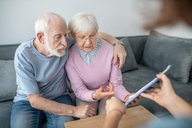 健康保険。健康保険代理店との約束を持っている年配のカップル