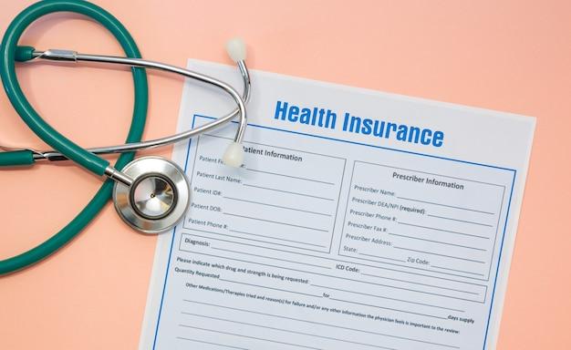 보험 청구 양식과 청진기가 있는 건강 보험. 건강 보험 개념