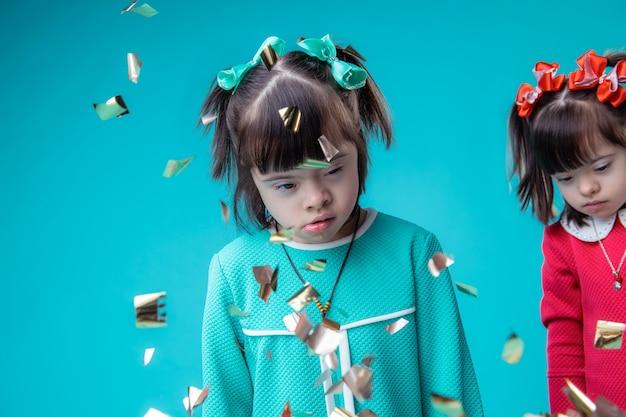 健康問題。紙吹雪が落ちている間立っている顔の特徴を持つ黒髪の珍しい女の子
