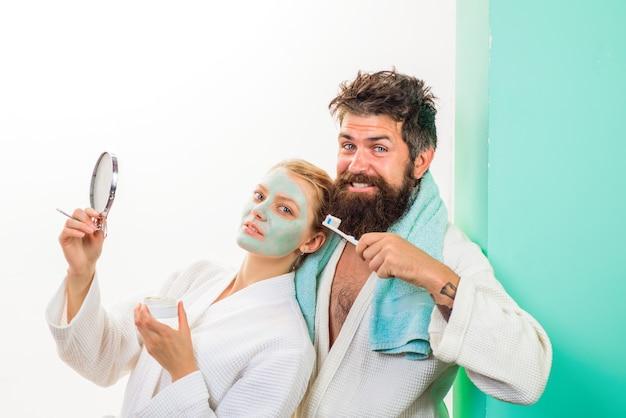 健康の朝のルーチンの家族生活の夫と妻の朝の手順化粧品の顔を持つ女性