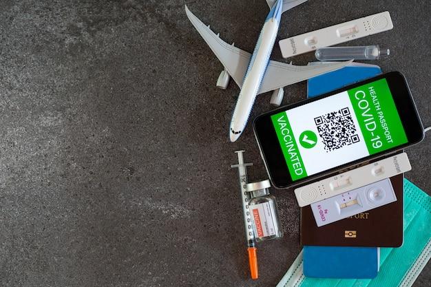 健康パスポートcovid-19は、飛行機で免疫する前に、証明書識別デジタルグリーンパスワクチン接種を受けています。迅速検査からの安全性のためのqrバーコードアプリケーション。