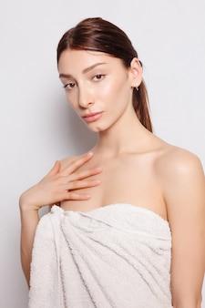 건강, 사람, 아름다움 개념 - 스파 후 흰색 목욕 가운을 입은 아름다운 여성. 흰색 바탕에 단정한 여자의 사진입니다. 웰빙 및 스파 개념입니다.
