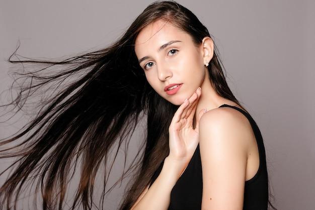 건강, 사람과 아름다움 개념-모델 금발 소녀. 아름다운 갈색 머리 소녀. 건강한 긴 머리. 완벽하고 신선한 깨끗한 피부를 가진 예쁜 스파 모델 소녀. 젊음과 피부 관리 개념