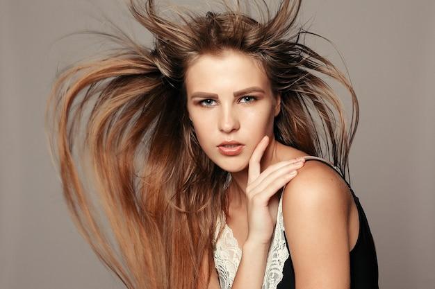 Концепция здоровья, людей и красоты - модельная блондинка. красивые каштановые волосы девушка. здоровые длинные волосы. девушка довольно спа-модель с идеальной свежей чистой кожей. концепция ухода за молодостью и кожей
