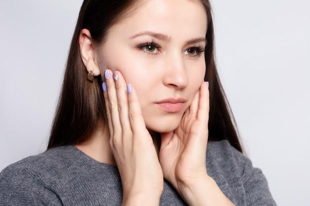 Здоровье, люди, стоматология и концепция образа жизни - проблема с зубами. женщина, чувствуя зубную боль. крупным планом красивая грустная девушка страдает от сильной зубной боли. привлекательная женщина чувствует болезненную зубную боль