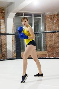 건강, 사람, 스포츠 및 라이프스타일 개념 - 잔인한 전투기 권투 선수 여자를 닫습니다. 스포츠 개념입니다.