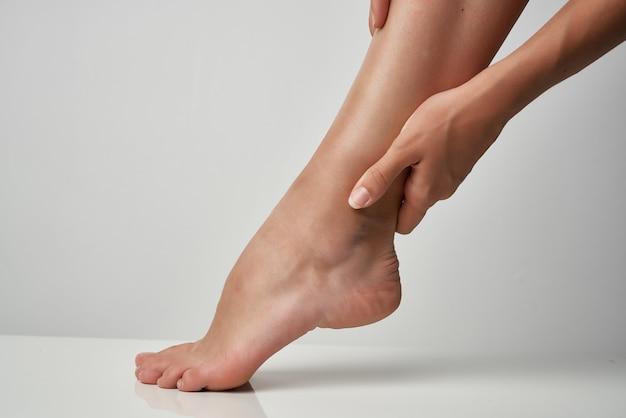 健康上の問題治療足の怪我マッサージのクローズアップ