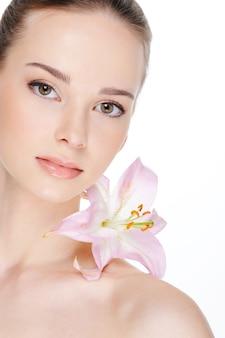 美しい若い女性-白の分離の健康皮膚