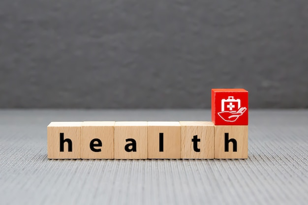 Текст здоровья на деревянных блоках игрушки штабелированных с сумкой медицины. концепции медицинского осмотра для здравоохранения и медицинского страхования.