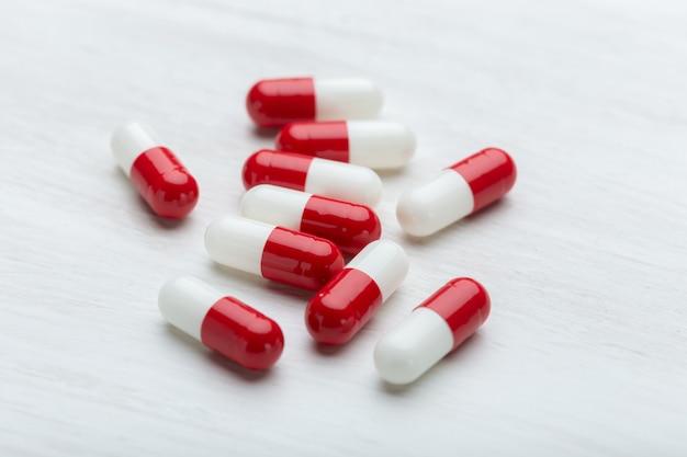 Концепция здоровья, витаминов и предметов медицинского назначения - лекарства и таблетки на белом фоне.