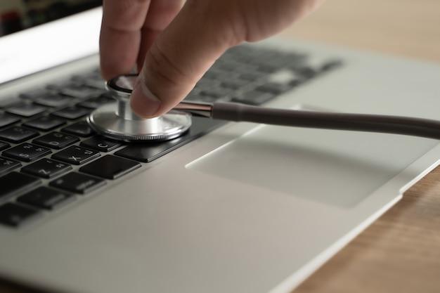 Уязвимость для здоровья надпись безопасность медицинское оборудование стетоскоп нарушение медицинских данных