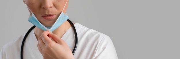 医療用マスクとコピースペースを持つ医療従事者