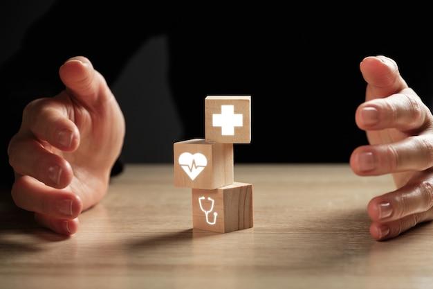 Концепция здравоохранения и медицинского страхования с абстрактными значками.