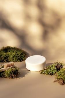 에코 제로 폐기물, 플라스틱 무료 환경 개념으로 나무 칫솔과 비누와 녹색 이끼와 목욕 액세서리의 건강 관리 및 위생 개념