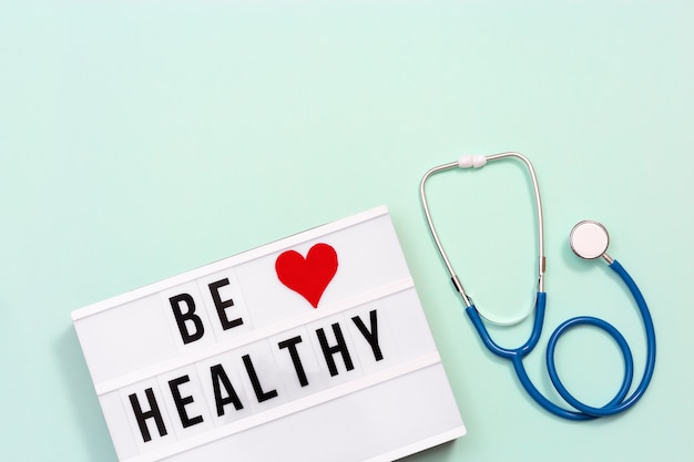 의료 및 의료 개념. 단어가있는 라이트 박스 be healthy and stethoscope health wishes