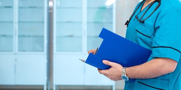 ヘルスケアと医療の概念。聴診器を手にした医師と患者が病院のバックグラウンドにやってくる。背景ワイドプロモーションバナー。