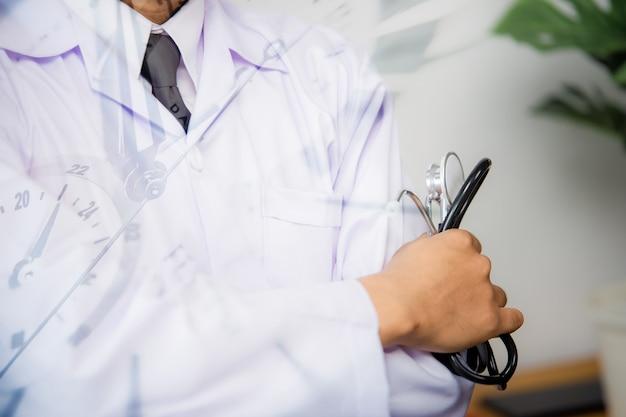 의료 및 의료 개념입니다. 손에 청진 기를 가진 의학 의사입니다.