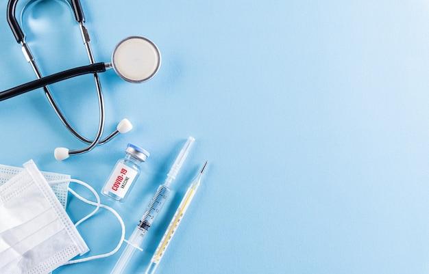 Здравоохранение и медицинская концепция. стетоскоп с инъекционной защитной маской для лица