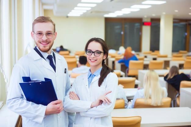 Здравоохранение и медицинская концепция - два врача в больнице
