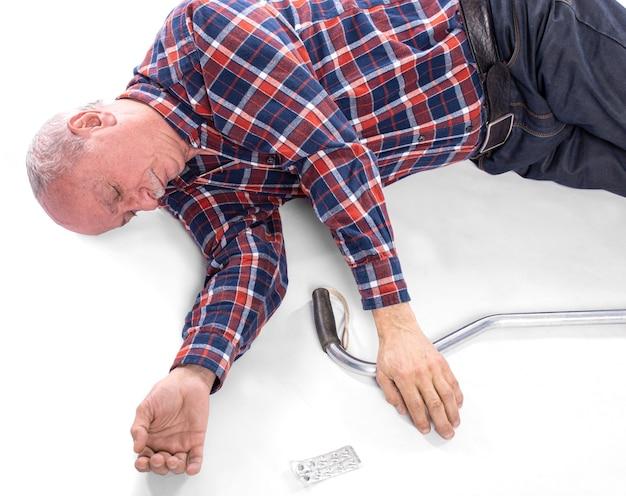 ヘルスケアと医学の概念。脳卒中や心臓発作で転倒した年配の男性。病気の男性は薬を手に入れて服用することができませんでした
