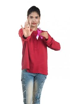 Здравоохранение и медицина концепция - молодая женщина, держащая розовую ленту осведомленности рака молочной железы