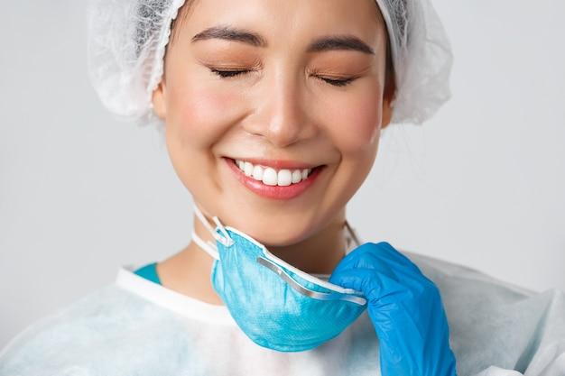 Азиатская медсестра здравоохранения позирует