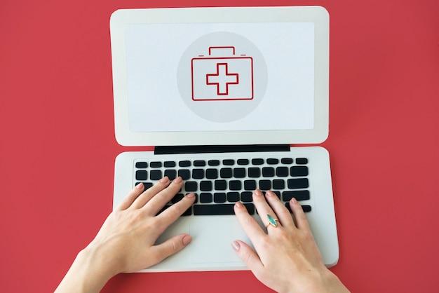 Concetto di assistenza sanitaria sullo schermo di un dispositivo