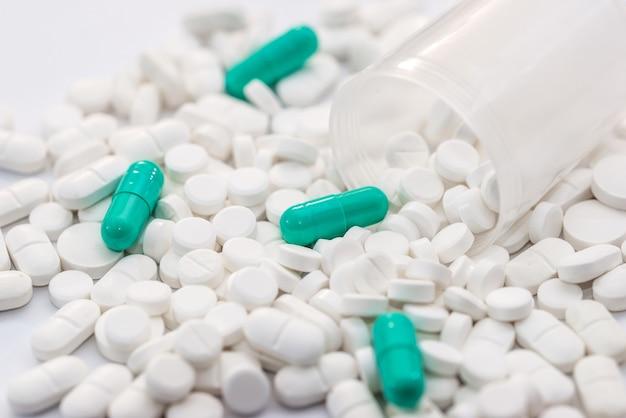 Концепция здравоохранения. разливные белые и синие таблетки, изолированные