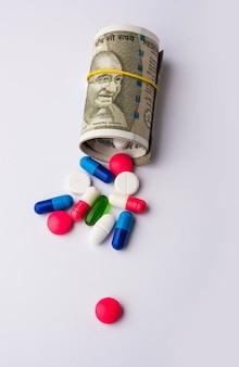 Здравоохранение в индии - концепция здоровья и бизнеса, показывающая индийские бумажные банкноты, стетоскоп, таблетки, калькулятор, яблочные фрукты и мягкую игрушку-сердечко. выборочный фокус