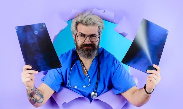 의료, 의료 및 방사선학. 엑스레이 또는 뢴트겐 이미지를 가진 의사입니다. 척추의 엑스레이 사진을 가진 남자입니다. 방사선 사진.