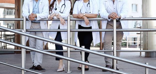 보건 의료. 의료 팀 - 의사, 간호사 및 외과 의사. 얼굴 없는 의사 집단. 전문 의료 광고 디자인. 배경 넓은 홍보 배너입니다.