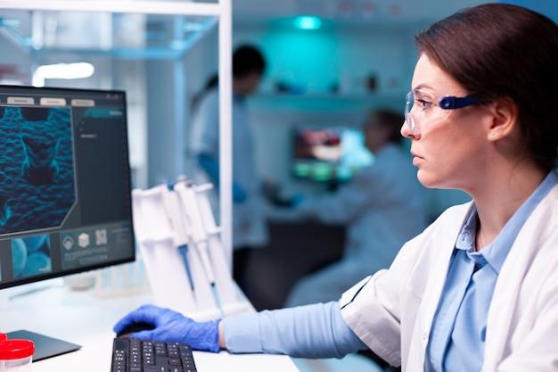 치료 분석, pc 공학을 발견하기 위해 노력하는 의료 미생물학자 의사