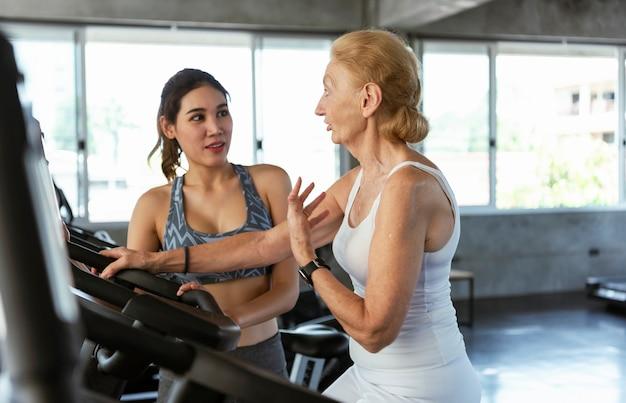 ヘルスケア:フィットネスのクライアントと一緒に理学療法スポーツトレーナー。