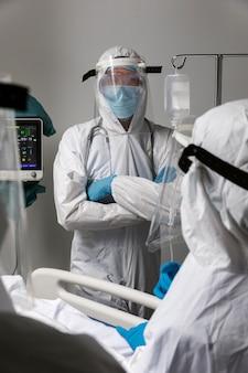 장비를 갖춘 의료 전문가가 가까이