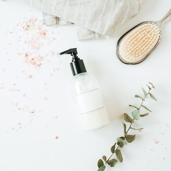 コピースペース液体石鹸ボトル、ユーカリ、白のヘアブラシとヘルスケアスパのコンセプト