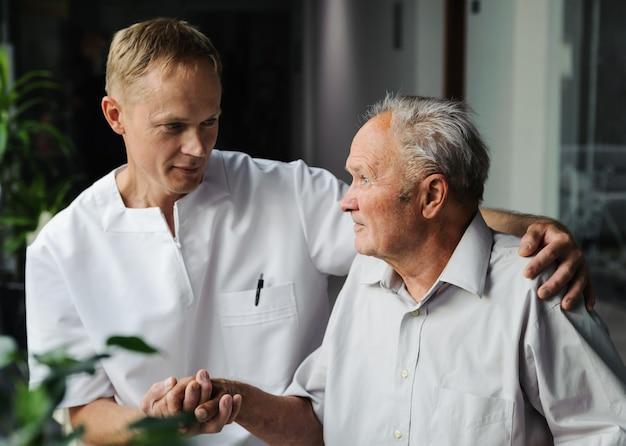 Медицинский работник и пожилой пациент