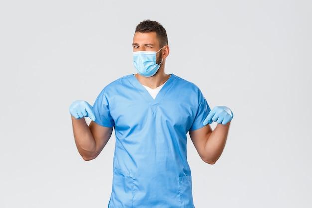 Operatori sanitari, covid-19, coronavirus e prevenzione del concetto di virus. il bel dottore sfacciato invita a fare lo screening di prova presso la loro clinica di laboratorio, l'infermiera in camice fa l'occhiolino alla telecamera rivolta verso il basso