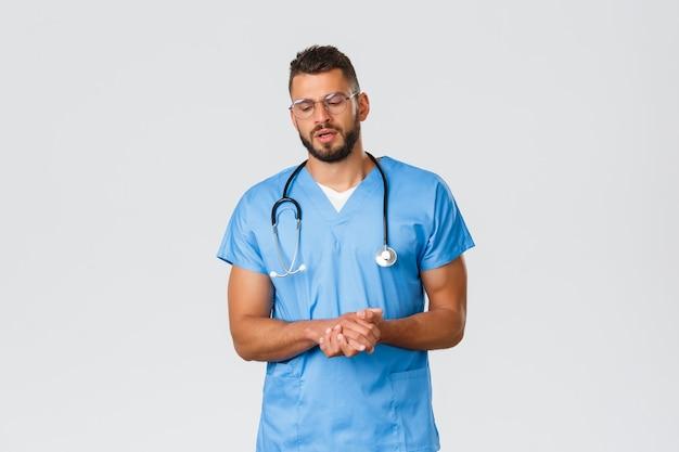 의료 종사자, 의료, covid-19 및 전염병 자가 격리 개념. 단호한 전문 의사, 수술복과 안경을 쓴 간호사, 진지한 얼굴로 환자에게 이야기하면서 설명을 합니다.