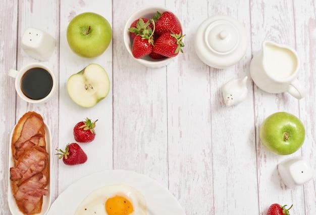Здоровая еда. континентальный завтрак в гостиничном номере или кровати. яичница с сосисками. чашка кофе. шаблон меню. кулинария. приготовление еды. романтический французский или сельский завтрак на валентина.