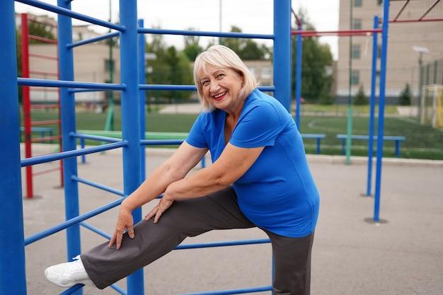 屋外で運動をしている健康な大人の女性