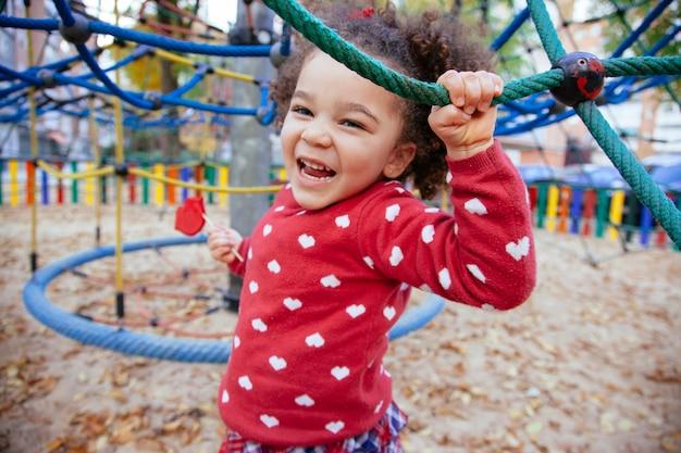 Здоровая афроамериканская маленькая девочка, весело проводящая время
